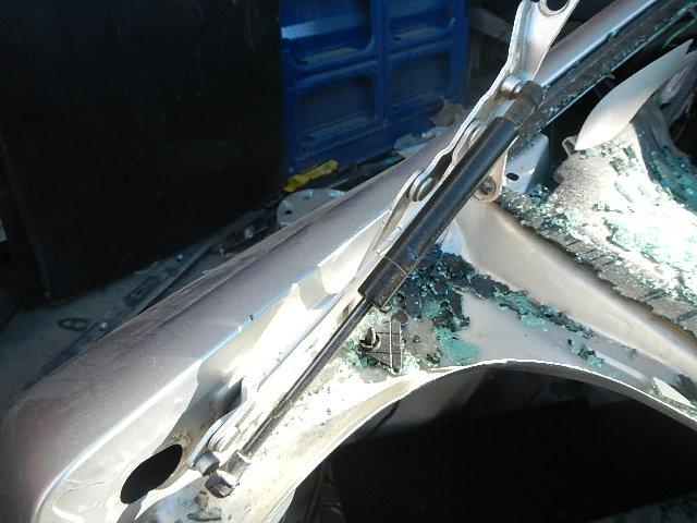 amortizator-krishki-bagazhnika-ford-fokus-sedan